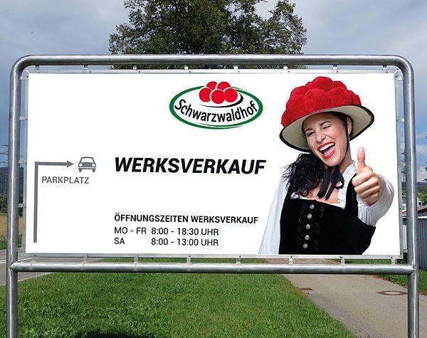 Straßenschild zum Schwarzwaldhof Werksverkauf